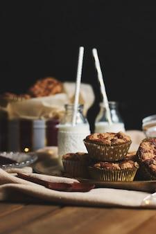 Selectieve aandacht shot van heerlijke kerstkoekje muffins op een bord met honing en melk