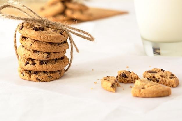 Selectieve aandacht shot van heerlijke opgestapelde koekjes met een onscherpe achtergrond