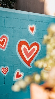 Selectieve aandacht shot van rode en witte harten graffiti
