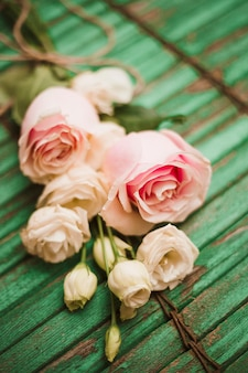 Selectieve aandacht van bloemboeket op groene doorstane houten achtergrond