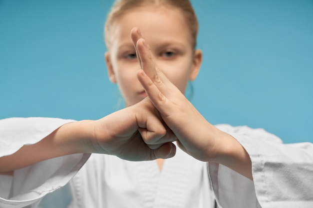 Selectieve aandacht van de vuist van kleine vrouwelijke vechter in de studio