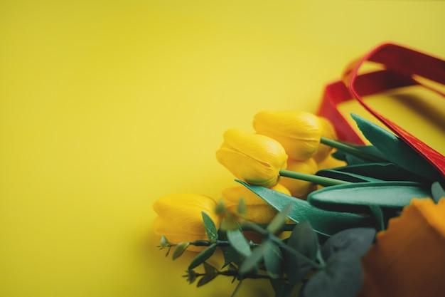 Selectieve aandacht van gele tulpen in boodschappentas