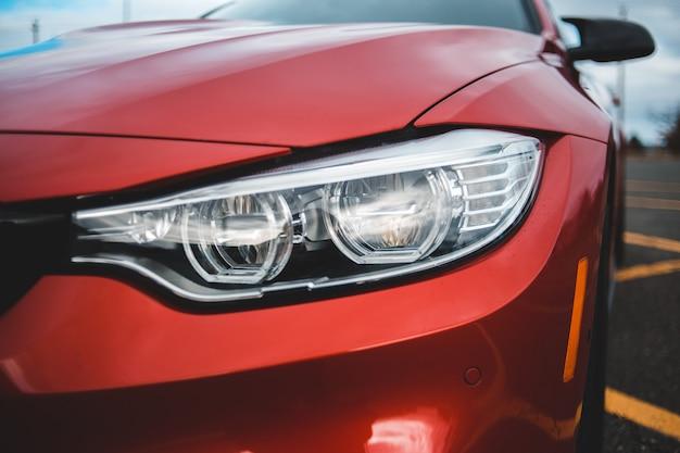 Selectieve aandacht van geparkeerd rood voertuig