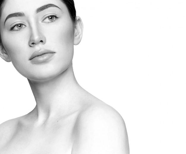 Selectieve aandacht van jonge vrouw met naakt make-up