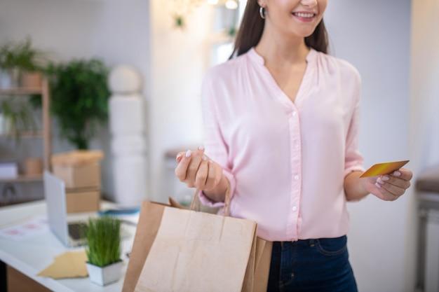 Selectieve aandacht van jonge vrouwelijke handen met de bankkaart erin