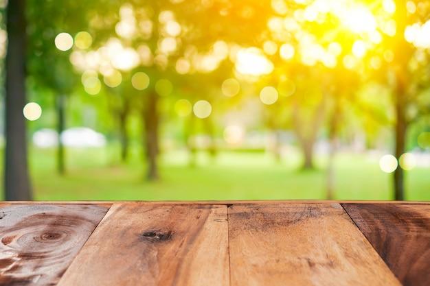 Selectieve aandacht van lege oude hout op vervagen aard groen blad met bokeh.