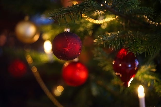Selectieve aandacht van rode kerstballen op groene kerstboom