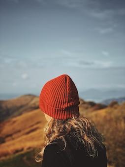 Selectieve aandacht voor een vrouw in een rode hoed met een wazig