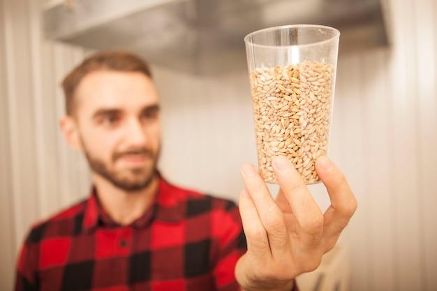 Selectieve aandacht voor gerstzaden in een glazen mannelijke brouwer onderzoekt