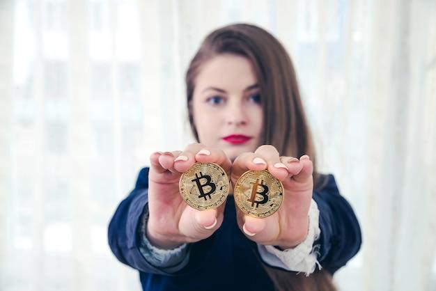 Selectieve aandacht voor gouden bitcoin in handen van de vrouw