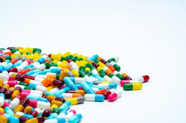 Selectieve aandacht voor stapel veelkleurige capsule pillen