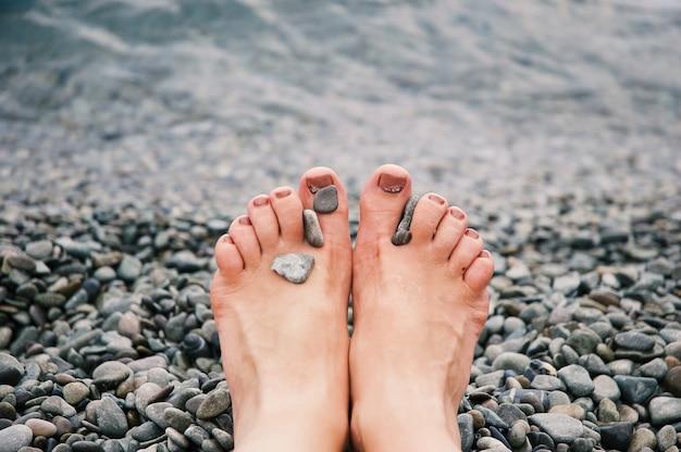 Selectieve close-up shot van kiezels op de benen van een blanke persoon