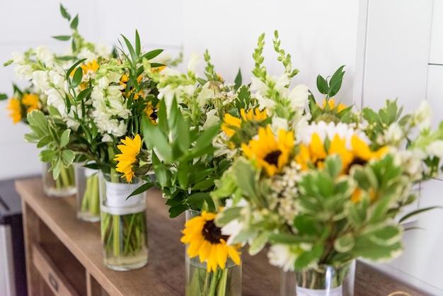 Selectieve focus close-up van de bloemen in de vazen in de pleasant union farm