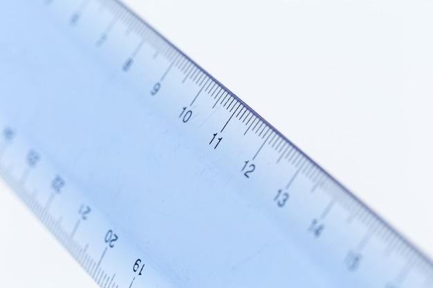 Selectieve focus een deel van het plastic blauwe transparante precisiemeetinstrument