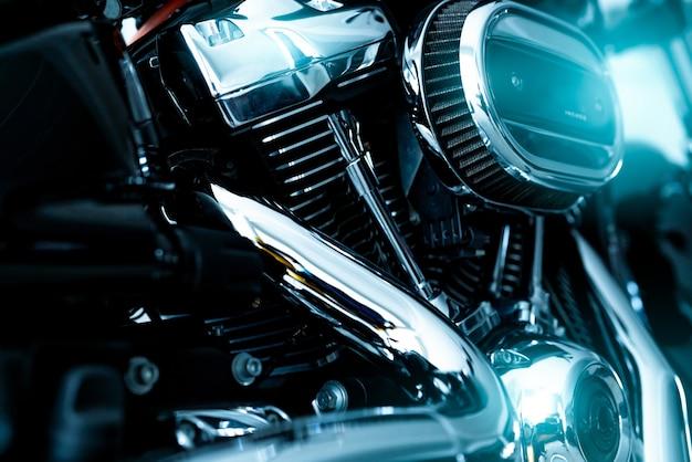 Selectieve focus op een motorluchtfilter met wazige motor en glanzende uitlaatpijp