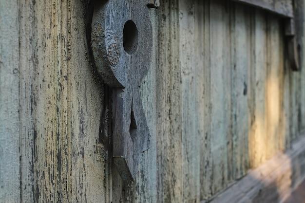 Selectieve focus op fragmenten op een oud vintage houten huis met een houten muur in grunge-stijl. close-up en selectieve focus met kopieerruimte. vintage achtergrond voor ruimtedecoratie