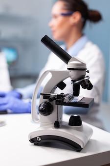Selectieve focus op medicijnmicroscoop die op tafel staat