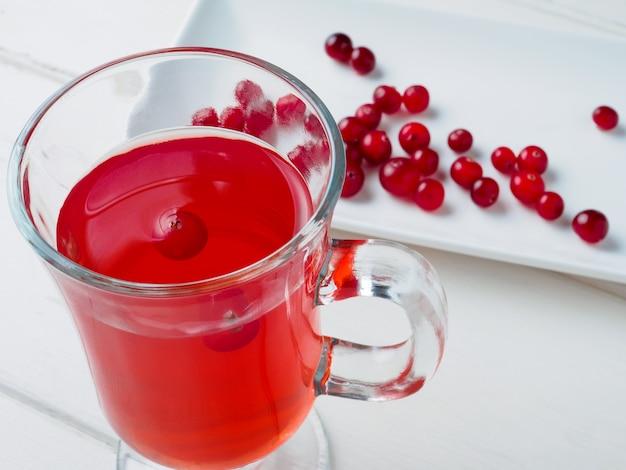 Selectieve focus op veenbessen in een fris drankje in een glazen beker