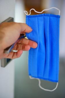 Selectieve focus shot van een blauw wegwerp gezichtsmasker
