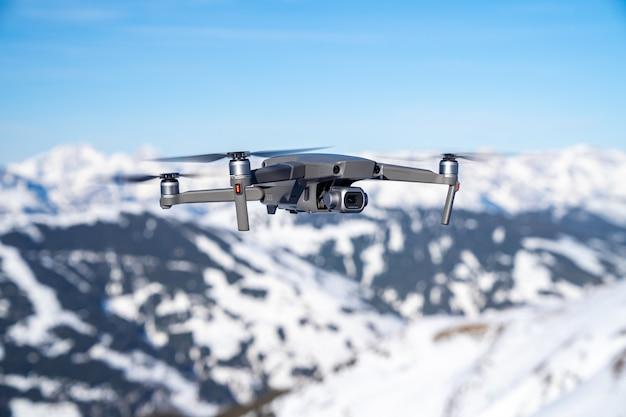 Selectieve focus shot van een drone die hoog vliegt