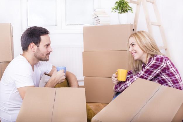 Selectieve focus shot van een gelukkig wit paar dat samen intrekt in een nieuw huis