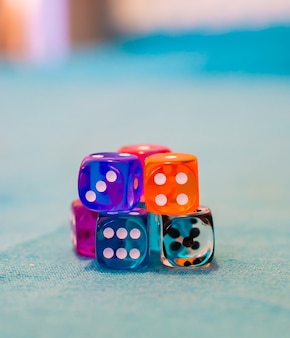 Selectieve focus shot van verschillende dobbelstenen op tafel