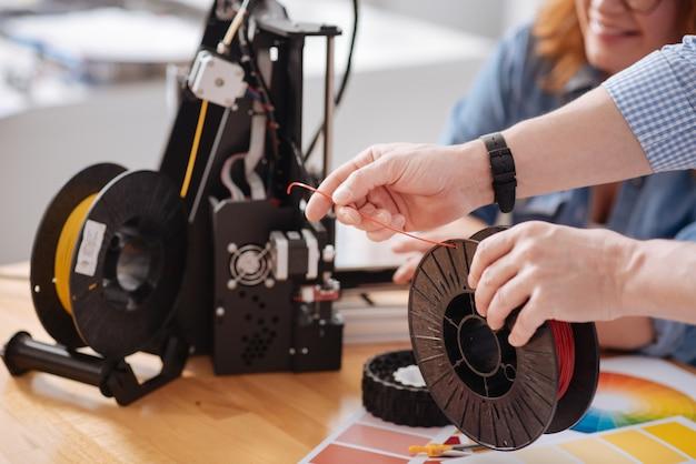 Selectieve focus van een gloeidraadspoel die in handen is van een professionele mannelijke 3d-ontwerper