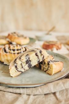 Selectieve focus van heerlijke maanzaadbroodjes met een suikerglazuur op een tafel