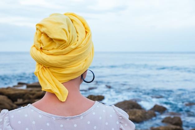 Selectieve focus van jonge vrouw die aan de kust ontspant