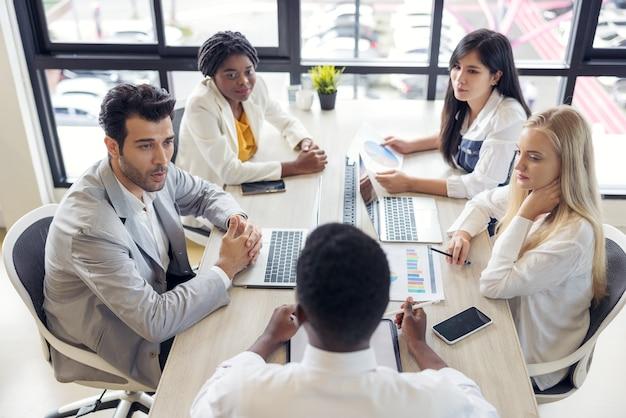 Selectieve focus van multi-etnische groep jongeren die samen studeren