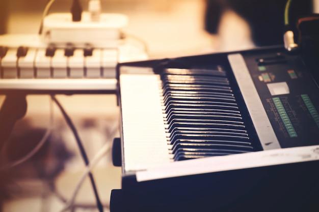 Selectieve focus van pianotoetsenbord of pianotoestel.