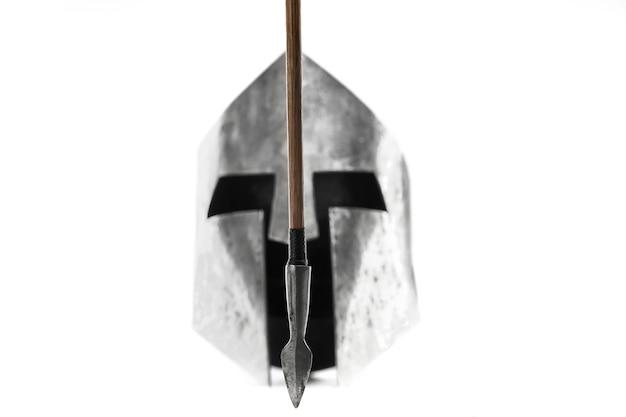 Selectieve focus van scherpe houten pijl, middeleeuwse ijzeren zilveren helm