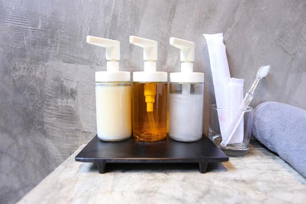 Selectieve focuse van pump glazen fles met vloeibare zeep