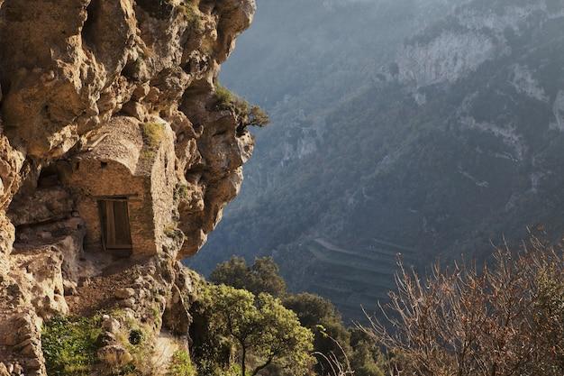 Selectieve focusopname van een kleine kunstmatige grot in de rotsachtige bergen