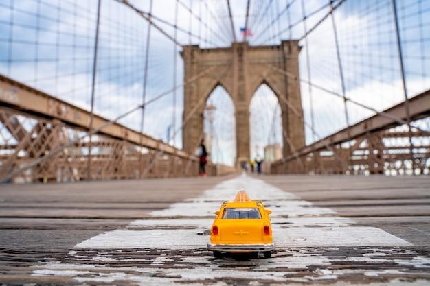 Selectieve focusopname van een speelgoedfiguur van een taxicabine op de brug in de vs