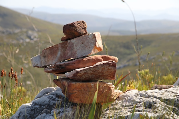 Selectieve focusopname van een stapel stenen op de heuvels overdag