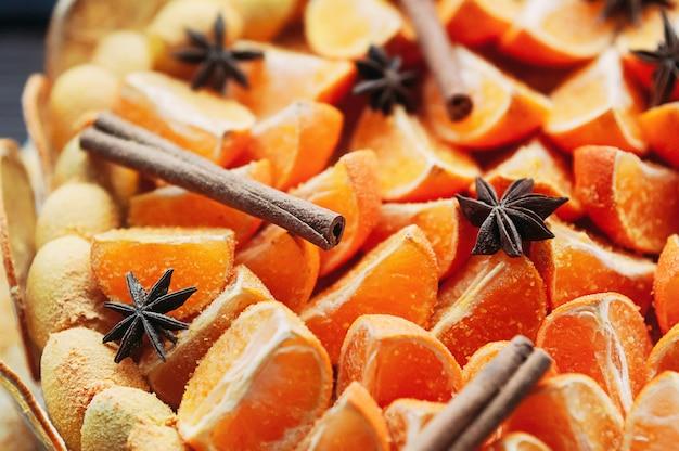 Selectieve macro focus veganistisch citrus dessert met kleurrijke kruiden