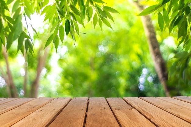 Selectieve nadruk van leeg oud hout op het onduidelijke beeldpark van de onduidelijk beeldaard met bokehachtergrond.