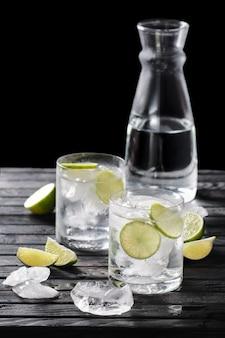 Selectieve nadruksamenstelling met gin en tonische cocktail die met citrusvrucht wordt gediend