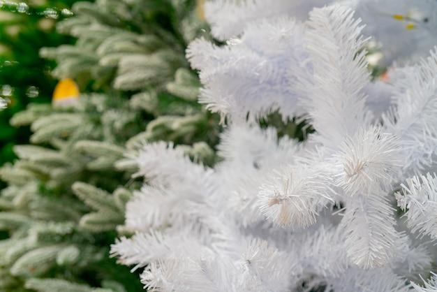 Selectieve scherpstelling van kerstbomen in een winkel