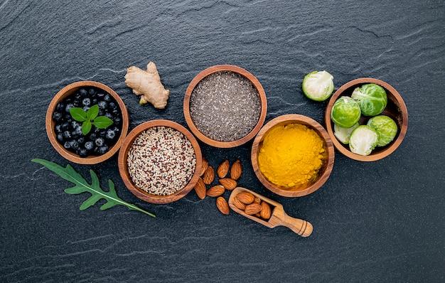 Selectievoedsel en gezond voedselopstelling op donkere steenachtergrond.