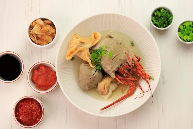 Selective focus bakso lobster of lobster meatball is verse kreeft omwikkeld met gehaktbalbeslag en gekookt. bovenaanzicht.