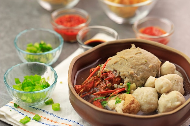 Selective focus bakso lobster of lobster meatball is verse kreeft omwikkeld met gehaktbalbeslag en gekookt