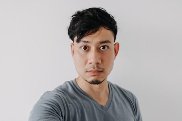 Selfie foto van man in blauwe t-shirt geïsoleerd op witte achtergrond