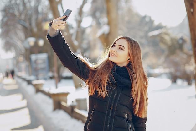 Selfie glimlachende mooie sjaal vrouw