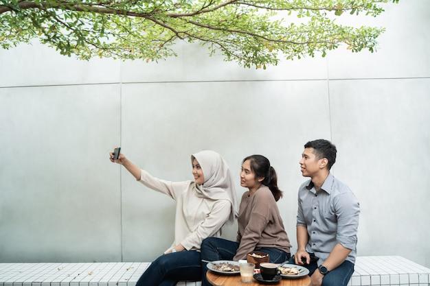 Selfie-groep vrienden wanneer ze rondhangen