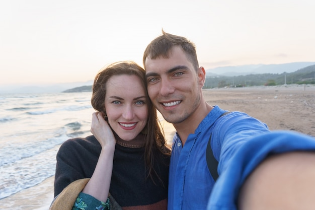 Selfie jong mooi paar op het strand