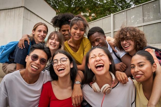 Selfie van een groep studenten die lachend naar de camera kijken, blij om weer op school te zijn en samen te zijn...