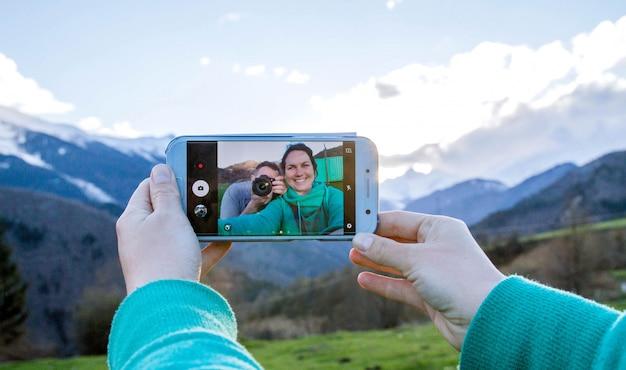 Selfie van een liefdevol stel op bergen