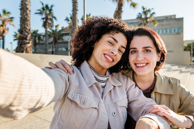 Selfie van een multiraciaal stel meisjes lachend